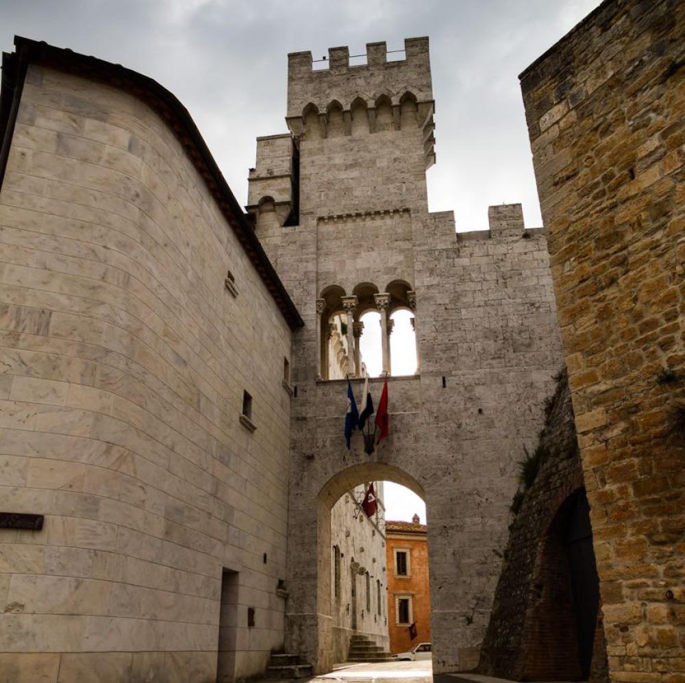 Castello in borgo medievale vicino Siena